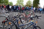 Die Fahrradversteigerung des Fundbüros der Stadt Marburg findet jedes Jahr großen Anklang. Viele Interessierte schauen sich die unterschiedlichen Räder an und bieten auf die herrenlosen Fundstücke.