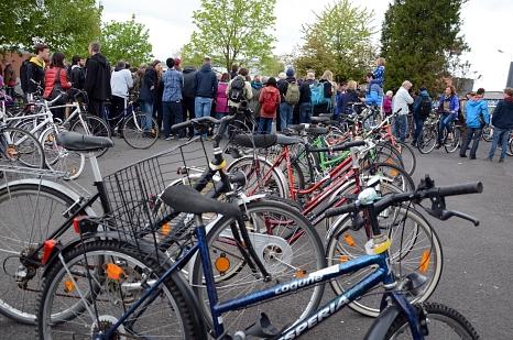 Die Fahrradversteigerung des Fundbüros der Stadt Marburg findet jedes Jahr großen Anklang. Viele Interessierte schauen sich die unterschiedlichen Räder an und bieten auf die herrenlosen Fundstücke.©Nadja Schwarzwäller, i.A.d. Stadt Marburg