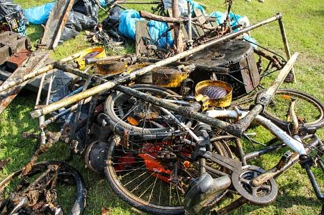 Fahrräder, Einkaufswagen und selbst eine Baustellen-Absperrung fanden die Ehrenamtlichen.©Freya Altmüller, i.A.d. Stadt Marburg
