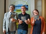 """""""Fairtrade-Gold glänzt doppelt"""" – hier glänzen dreifach (v.l.): Bürgermeister Dr. Franz Kahle, Goldschmied Thomas Graumann und Andrea Heinz vom Fachdienst Umwelt, Fairer Handel und Abfallwirtschaft."""