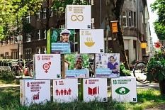 """Der Verein """"Rhein.Main.Fair"""", dem die Universitätsstadt beigetreten ist, möchte die lokale Umsetzung der 17 """"Ziele für nachhaltigen Entwicklung"""", von denen einige auf dem Foto veranschaulicht sind, vorantreiben.©TransFair e.V. / Katharina Kulakow"""