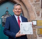Oberbürgermeister Dr. Thomas Spies und Frauenbeauftragte Sabine Visosky-Becker freuen sich über die Auszeichnung der Stadt Marburg als familienfreundliche Arbeitgeberin.