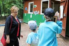 Stadträtin Kirsten Dinnebier ließ sich von den Kindern eine der gestalteten Hütten zeigen.©Thomas Steinforth, Stadt Marburg