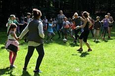 """Auf einer Wiese laufen Betreuer*innen und Kinder hinter einem Ball her, nach einem """"normalen Fußballspiel"""" sieht es nicht aus.©Universitätsstadt Marburg"""