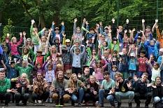 Das ganze Bild gefüllt mit Menschen, also Kindern und Betreuerinnen und Betreuern.©Universitätsstadt Marburg