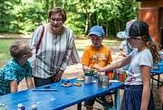Stadträtin und Jugenddezernentin Kirsten Dinnebier holt sich bei den Kindern Basteltipps für selbstgemachte Windlichter.