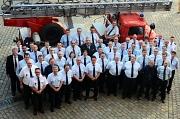 Bürgermeister und Brandschutzdezernent Wieland Stötzel (links) sowie Feuerwehrchefin Carmen Werner (hinten links) ehrten rund 40 Mitglieder der Freiwilligen Feuerwehr Marburg