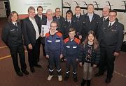 Feuerwehrleiterin Carmen Werner (von links) und Brandschutzdezernent Wieland Stötzel nahmen mit den an den Spots Beteiligten die Urkunde zur Feuerwehr des Monats aus den Händen von Staatssekretär Werner Koch entgegen.