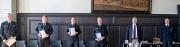 Unter Einhaltung von Abstand- und Hygieneregeln haben Bürgermeister Wieland Stötzel (2.v.r.) und Feuerwehrchefin Carmen Werner (r.) den Amtseid von Jörg Scheidemann (v.l.), Philipp Schwarz, Jonas Schmidt und Michael Herrmann abgenommen.