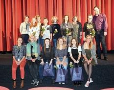 Die Jury von Final Cut 2017. In 2 Reihen stehen die Jurymitglieder und Mitarbeiter vor einem roten Vorhang.©Sinje Peulings