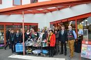 Bürgermeister Dr. Franz Kahle (Zweiter v.r.), Landrätin Kirsten Fründt (Mitte) und Firmenchef Wieland Sulzer (Erster v. r.) überreichten an den Allgemeinen Sozialen Dienst des Landkreises Marburg-Biedenkopf und an Mitarbeiterinnen der verschiedenen Marbur