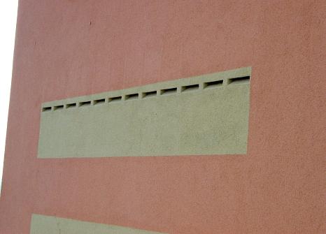 Fledermauskästen in die farbliche Fassadengestaltung integriert (Grau auf Rosé)