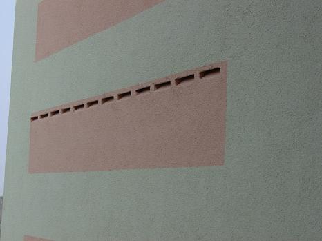 Fledermauskästen in die farbliche Fassadengestaltung integriert (Rosé auf Grau )