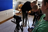 Eine Teamerin und 2 Teilnehmer stehen neben einem Stativ mit einer Kamera.©Universitätsstadt Marburg