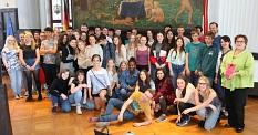 Französinnen und Franzosen lernen Deutschland näher kennen: Derzeit sind 26 Schülerinnen und Schüler aus Marburgs Partnerstadt Poitiers in der Universitätsstadt zu Gast. Stadträtin Kirsten Dinnebier hat sie im Rathaus empfangen.©Stadt Marburg, Patricia Grähling