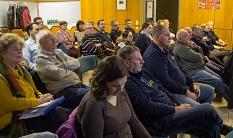 Feuerwehrleute und weitere interessierte Bürgerinnen und Bürger aus Cappel kamen zu der Veranstaltung der Stadt, um sich über den geplanten Neubau der Landesfeuerwehrschule und des Feuerwehrstützpunktes an der Umgehungsstraße zu informieren.©Stadt Marburg, Patricia Grähling