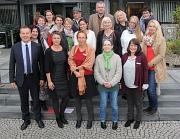 """Freude über eine Erfolgsgeschichte: Marburgs Oberbürgermeister Dr. Thomas Spies (vorne, links) und Landrätin Kirsten Fründt (vorne 2. v. li.) feierten gemeinsam mit Akteuren und Organisatoren des zehnjährige Bestehen des Programms """"Menschenskind"""", das gem"""