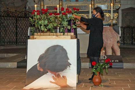 Für jedes der 24 Opfer der Hexenverfolgung im Raum Marburg gab es eine rote Rose.©Freya Altmüller, i. A. d. Stadt Marburg