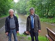 Bürgermeister Dr. Franz Kahle (r.) und Werner Plaßmann (l.) vom Fachdienst Tiefbau zeigten sich zufrieden mit der entstandenen Furkationsrinne, die auf der einen Seite Lebensraum für Fische bietet und auf der anderen Seite durch Ausweichflächen vor Hochwa