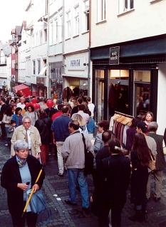 Besucherinnen und Besucher, Bürgerinnen und Bürger gehen durch die Fußgängerzone in der Oberstadt.©Universitätsstadt Marburg