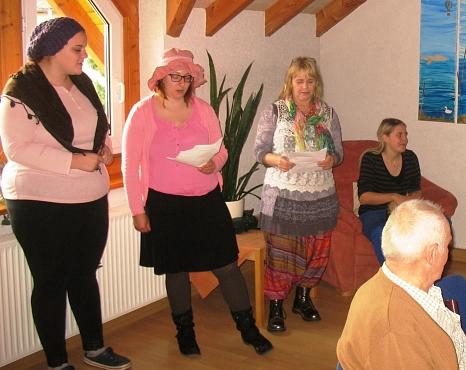 weiblicheGäste des Glaubenshof tragen ein Lied vor©Bernd Weimer