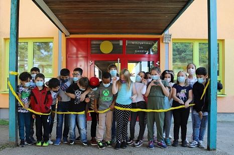 """Die Kinder einer Ganztagsklasse weihen das """"Bildungshaus am Richtsberg"""" an der Astrid-Lindgren-Schule ein.©Stefanie Ingwersen, Stadt Marburg"""