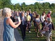 """GartenWerkStadt-Initiatorin Jutta Greb erläuterte das Projekt vor OB Dr. Thomas Spies und zahlreichen Gästen der Aktion """"3000 Schritte mit dem Oberbürgermeister"""" im Gesundheitsgarten."""