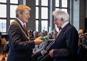 Oberbürgermeister Dr. Thomas Spies (links) gratuliert Marburgs Ehrenbürger Amnon Orbach zum 90. Geburtstag bei einem Empfang im Rathaus. Er überreichte ihm ein Schreibset, das aus Marburger Rotbuche gefertigt wurde.