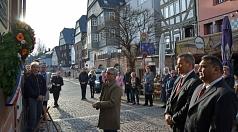 Oberbürgermeister Dr. Thomas Spies (2. v. r.) und Kreistagsvorsitzender Detlef Ruffert (Mitte) hängten gemeinsam mit Rinaldo Strauß (r.) vom Landesverband der Sinti und Roma in Hessen einen Kranz zum Gedenken an die Deportierten Sinti und Roma am ehemalig