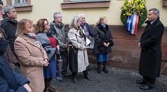Oberbürgermeister Dr. Thomas Spies (rechts) befestigte zusammen mit Maria Strauß vom Landesverband der Sinti und Roma (2.v.r.) einen Kranz neben der Gedenktafel am ehemaligen Landratsamt.