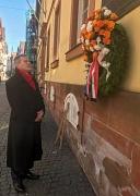 Oberbürgermeister Dr. Thomas Spies gedenkt im Stillen der Sinti, die vor 77 Jahren aus Marburg deportiert wurden.