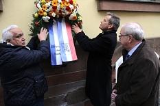Romano Strauß (von links) und Dr. Thomas Spies brachten zum Gedenken der deportierten und ermordeten Sinti und Roma im Beisein von Stadtverordnetenvorsteher Heinrich Löwer einen Kranz an.©Heiko Krause, Stadt Marburg