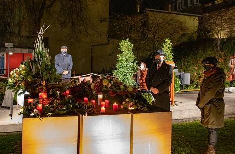 Oberbürgermeister Dr. Thomas Spies und Stadtverordnetenvorsteherin Marianne Wölk legten einen Kranz im Gedenken an die Opfer des NS-Regimes im Garten des Gedenkens nieder.©Patricia Grähling, Stadt Marburg