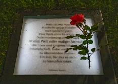 Mitglieder der islamischen Gemeinde Marburg haben mit persönlichen Botschaften die Zettelkästen im Garten des Gedenkens beschriftet.©Patricia Grähling, Stadt Marburg