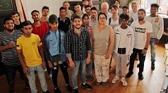 Stadträtin Kirsten Dinnebier (vorne Mitte) empfing im Rathaus eine Gruppe geflüchteter Schülerrinnen und Schüler.