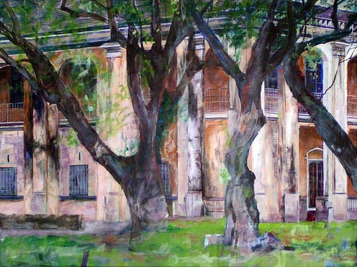 Gemälde von Mick Starke mi Gebäude im Hintergrund, davor massive Baumstämme und beginnende Baumkronen zu sehen©Mick Starke