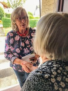 """Die neue """"Gemeindeschwester"""" der Stadt Marburg, Sabine Schmerberg, besucht ältere Menschen bei Bedarf zu Hause. Das Angebot der Stadt ist für die Senior*innen kostenlos.©Simone Schwalm, Stadt Marburg"""