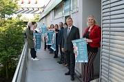 """Gemeinsam mit mehreren Beteiligten des Kulturvereins """"Hadara"""" und der Universitätsstadt Marburg wirbt Oberbürgermeister Dr. Thomas Spies (2. von rechts) für das ausgebaute Gesundheitsinformationsangebot am Richtsberg."""