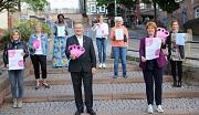 Gemeinsam mit Oberbürgermeister Dr. Thomas Spies stellten Vertreterinnen von Stadt, mitwirkender Vereine und Gemeinwesenträger sowie des Brustzentrums Regio die Veranstaltungsreihe zur Brustkrebs-Prävention im Oktober vor.
