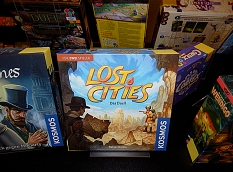 """Ausgestellte Spiele mit den Titeln """"Lost Cities"""", """"Sherlock Holmes"""" und """"Wendigo"""".©Universitätsstadt Marburg"""