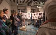 """Die Ausstellung """"Auf Augenhöhe – Gesichter der Armut"""" stieß bei der Eröffnung auf großes Interesse bei Besucherinnen und Besuchern."""
