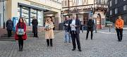 Selbstgenähte Gesichtsmasken für Marburg: Bürgermeister Wieland Stötzel (vorne, v.r.) hat die gespendeten Masken entgegengenommen von Anita Reitalu, Caterine Marchi, Eva Lange (hinten, v.l.), Carola Unser und Gerd Küspert. Johannes Maaser und Doris Heinec
