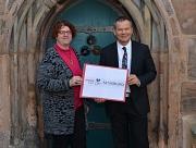 """Die Universitätsstadt Marburg wird zur """"Gesunden Stadt."""" Oberbürgermeister Dr. Thomas Spies und seine Persönliche Referentin Elke Siebler präsentierten das neue Logo."""