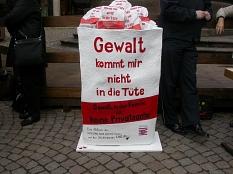 """Aktion """"Gewalt kommt mir nicht in die Tüte"""" der Landesarbeitsgemeinschaft Hessischer Frauenbüros auf dem Marktplatz in Marburg©Universitätsstadt Marburg"""