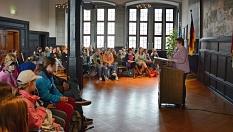 """Stadträtin Kirsten Dinnebier begrüßte die 62 Mädchen, die in diesem Jahr am """"Girls' Day"""" der Stadt teilnahmen, im Rathaus.©Nadja Schwarzwäller, i.A.d. Stadt Marburg"""