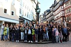 45 Schülerinnen wurden zum Girls' Day von Stadträtin Dr. Kerstin Weinbach (hinten links) und von Vertretern und Vertreterinnen der verschiedenen Fachdienste begrüßt. Sie verschafften sich Einblicke in Berufsfelder, in denen Frauen bislang unterrepräsentie©Universitätsstadt Marburg
