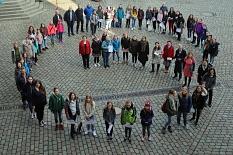 """Die Mädchen bildeten gemeinsam mit Stadträtin Kirsten Dinnebier (Mitte links) ein großes """"G"""" für den diesjährigen Girls' Day auf dem Marktplatz.©Thomas Steinforth, Stadt Marburg"""