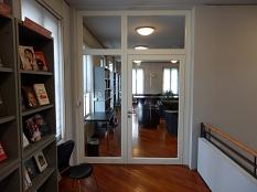 Die geschlossene Glastür trennt den Zeitschriftenbereich von der offenen Galerie ab.©Universitätsstadt Marburg
