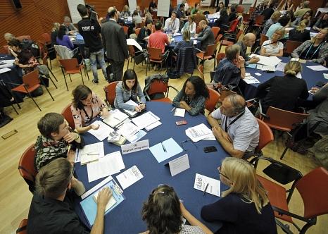 Janis Loewe und Laura Griese stellten die Arbeit des Gleichberechtigungsreferats der Stadt Marburg am zweiten Tag der CEMR-Konferenz in Bilbao vor.©CCRE-CEMR