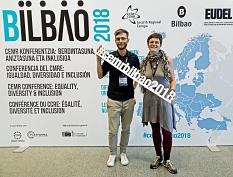 Janis Loewe und Laura Griese stellen auf der CEMR-Konferenz in Bilbao, Spanien, die Arbeit des Gleichberechtigungsreferats der Stadt Marburg vor.©Universitätsstadt Marburg